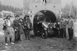 La festa del traforo organizzata dagli emigrati italiani per auspicare il traforo del Monte Bianco. Chamonix, Francia, 1936 (Centro di documentazione sull'emigrazione - Ecomuseo Valle Elvo e Serra - Biella)