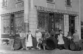 Santina Bonino con la figlia sulla porta del loro negozio di alimentari. Livry-Gargan (Parigi), 1930 (Centro di documentazione sull'emigrazione - Ecomuseo Valle Elvo e Serra - Biella)