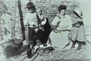 Una famiglia di immigrati consuma il suo pasto. Hotel degli emigranti, Buenos Aires, 1900 circa (Archivio Ostuni)