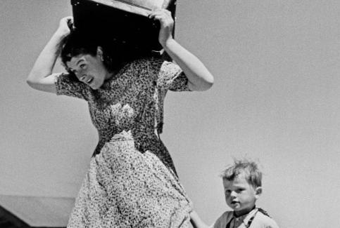 Robert Capa, Woman carrying luggage accompanied by a small boy, Haifa (Israele), 1949-50; © Magnum Photos